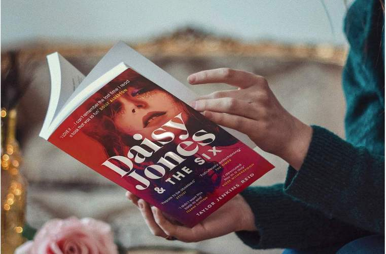 Romanul Daisy Jones and the Six va fi adaptat intr-o serie TV cu Riley Keough